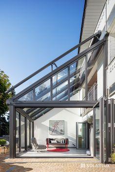 Ein #Wintergarten Modell SDL Nobiles mit SL 80 #GlasFaltwand über zwei Stockwerke mit Galerie. So entstehen völlig neue Räume mit denen die Wohnfläche erweitert und neu genutzt werden kann.