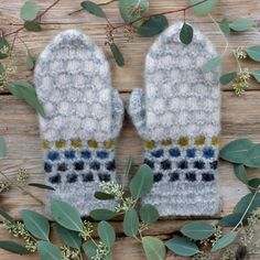 Perlemorvotten - Lilly is Love Fingerless Gloves, Arm Warmers, Mittens, Iris, Knitting, Blog, Collection, Peace, Threading