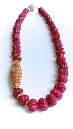 COLLAR: Plateado de alta calidad Natural talladas rubí, oro antiguo grano largo Repousse, topacio blanco collar de declaración asimétrica de Rondelle