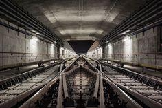 Fast 10 Jahre lang hat der deutsche FotografTimo StammbergerU-Bahn-Tunnel fotografiert. Von 2006 bis 2014entstand die FotoserieUnderground Landscapesim urbanenUntergrund von insgesamt ein Dutzend Städten. Underground Landscapesgibt einen wunderbaren Einblick in die sonst unzugänglichen Transitadern im Untergrund der Städte.Timo Stammberger teilt seine Faszination für U-Bahn-Tunnel unter denStraßen vonBerlin, Hamburg, Frankfurt, New York, Philadelphia, Lissabon, Barcelona…