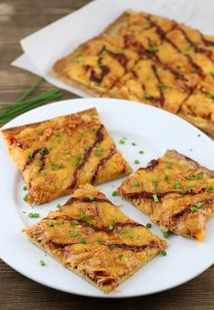 A delicious keto dairy free pizza crust with some amazingly tangy bbq chicken on top. Shared via www. Chicken Crust Pizza, Keto Chicken, Bbq Chicken, Chicken Flatbread, Chicken Recipes, Ketogenic Recipes, Paleo Recipes, Low Carb Recipes, Pizza Recipes