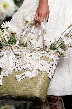 Ideas para decorar capazos en crochet (Ideas for decorating crochet carrycot) Diy Sac, Ibiza Fashion, Style Fashion, Spring Fashion, Straw Handbags, Basket Bag, Crochet Lace, Crochet Purses, Hand Crochet