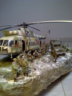 diorama helicopter crew