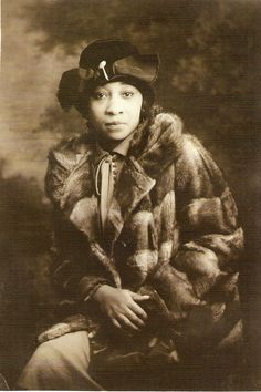 Nora Douglas Holt - American musician and singer who composed over 200 pieces. In 1918 she was the first African American woman to earn her master's from Chicago Musical College. The photo is by an unidentified photographer Harlem Renaissance, Today In Black History, Chicago Musical, Divas, Vintage Black Glamour, Vintage Fur, Vintage Woman, Vintage Beauty, Vintage Style