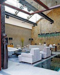 A loft in London In an old carpentry of Little Venice in London, a loft at once delicate, refined and industrial settled.