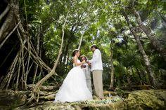 Photography: AkiDemi Photography | Read more: http://www.storymywedding.com/magical-secret-cenote-wedding/ #セノーテ #destinationwedding #海外ウエディング