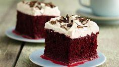 La harina preparada para pasteles o tortas Betty Crocker® SuperMoist® y el frosting hacen un delicioso par para este pastel con mezcla de tres leches--perfecto para impresionar a tus invitados.