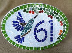 Placa com número residencial para áreas externas feita em base de cerâmica.Trabalho em mosaico com pastilhas de vidro e cristal. Acompanha argamassa para ser assentada em muros, paredes ou pode ser feita com furos para ser afixada com parafusos.  Pode ser feita também em outros tamanhos e motivos...