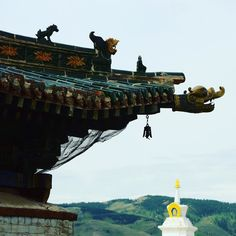 La cloche vole au vent devant les collines verdoyantes de #Mongolie.  Flying with the wind in front of the green hills of #Mongolia the little bell is ticking... #temple #buddhism #buddhist #karakhorum
