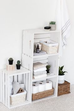 15 DIY Wood Crate Furniture Projects - wohnen - Home Decor Wood Crate Furniture, Decor, Bathroom Organisation, Furniture Projects, Small Bathroom Decor, Easy Home Decor, Crate Shelves Bathroom, Room Decor, Apartment Decor