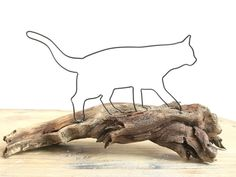 A cat from a dickem rostendem wire running on a beautiful geschwunge . Stylo 3d, Wire Art Sculpture, Princess Crafts, Air Plant Display, Metal Art Projects, Wire Trees, Iron Art, Driftwood Art, Wire Crafts