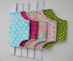 Baby Doll accessories baby-accessories How to make Doll Diapers and Doll Wipe Case tutorial. Super easy to make! These DIY doll accessories make fabulous handmade gift ideas for little girls. Baby Doll Clothes, Doll Clothes Patterns, Doll Patterns, Barbie Clothes, Sewing Patterns, Sewing For Kids, Baby Sewing, Girl Dolls, Baby Dolls