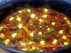 Πιπεριές με λουκάνικα στη γάστρα Greek Recipes, Family Meals, Chili, Sausage, Soup, Lunch, Beef, Cooking, Greece