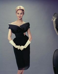 Vintage Fashion 1955 - but well-designed little black dresses never go out of fashion - Photo by Keystone/Hulton Archive/Getty Images Vintage Fashion 1950s, Fifties Fashion, Vintage Couture, Mode Vintage, Retro Fashion, Womens Fashion, Vintage Style, Club Fashion, Fashion Top