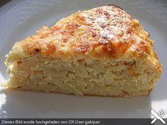 KrautTorte Teig: 100 g Quark 1  Ei(er) 2 EL Öl 150 g Mehl 1 TL Backpulver 1 TL Salz  Belag: 500 g Weißkohl 2  Zwiebel(n) 2  Äpfel, säuerliche 2  Knoblauchzehe(n)   Salz und Pfeffer 250 g Käse, Emmentaler 3  Ei(er) 200 g Sauerrahm   Essig   Zucker   Chili