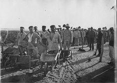 Rabat  Camp de prisonniers  Retour au camp d'un détachement de prisonniers travaillant pour la construction d'une route  1916.04.18