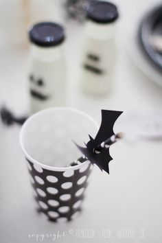 bat cut-out with a hole punch = cute Halloween straws! Happy Halloween, Fete Halloween, Halloween Drinks, Halloween Bats, Halloween Birthday, Holidays Halloween, Pink Halloween, Birthday Ideas, Straw Decorations