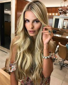 Bombshell hair inspiration with Yasmin Brunet. #highlight #contour #makeup #motd #fabfashionfix #beautiful #blonde #glowingskin #smokyeyes #beautycommunity #strobing