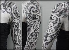 Tribal Tattoo am Oberarm für Frauen geeignet