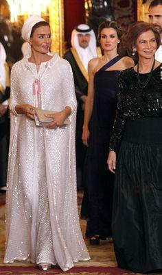 La Jeque-za en un vestido de Chanel aquí con con la Reina Sofia de España y la Princesa Letizia.