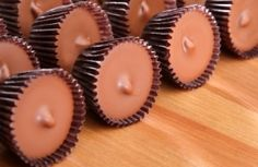 Homemade peanut butter cups that taste like the real thing. If you are having a hard time finding a gift for that teenage boy or a certain man in your life, make one of these homemade peanut butter cups in a pie pan and give him a giant one as his gift. Chocolate Bonbon, Healthy Chocolate, Chocolate Chips, Homemade Peanut Butter Cups, Homemade Candies, Candy Recipes, Dessert Recipes, Free Recipes, Toffee Recipe