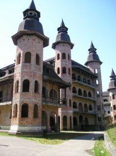 Widok zamku od strony wjazdu - Zamek w Łapalicach