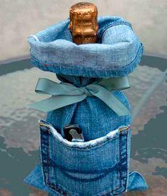 embalagem de garrafa feita com calça jeans