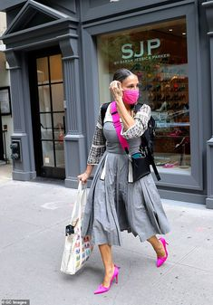 Hitting her stride! Sarah Jessica Parker was spotted helping customers find the perfect fi... Celebrity Shoes, Celebrity Outfits, Celebrity Style, Style Finder, Mature Fashion, Shoe Boutique, Sarah Jessica Parker, Style And Grace, Get The Look