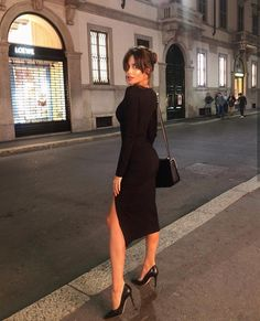 Chic all black outfit. Mode Outfits, Fashion Outfits, Womens Fashion, Black Dress With Sleeves, Dresses With Sleeves, Black Midi Dress, Classy Outfits, Stylish Outfits, Look Fashion