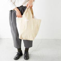 【予約販売商品】ほっこり、冬支度を始めよう「ARTE POVERA|コットン&ウール ハンドバケツバッグ」 ▶︎こちらの商品は予約販売商品となります。 発送は9月予定となり、入荷次第ご連絡させて頂きます。商品へのリンクはプロフィールからご覧下さい。  荷物を入れるとたっぷりとした可愛らしい形になるバケツバッグ。 ウォーム感のあるメルトン素材を使用したこれからの季節にピッタリのアイテムです。 肩にかけたり、手に持ったりと使い勝手がよく、容量も大きいのでお買い物の際のエコバッグとしても活躍してくれます。 また、やわらかく、芯も入っていないのでコンパクトに畳むことができ、持ち運びしやすいのも嬉しいポイント。 各数量に限りがございますので、ぜひこの機会をお見逃しなく! #バケツバッグ #バッグ #ほっこり #秋冬 #コーディネート #エコバッグ #AW #instafashion #bag #お出かけ #暮らし #キナリノモール #キナリノ  https://kinarino-mall.jp/item-2959