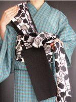 """年齢を問わず華やかな「みやこ結び」は、浴衣でも着物でも使え、パーティーにも映える優雅な帯結び。その結び方・着付けやどんな帯結びにも共通する""""美しい帯結びのコツ""""を詳しく解説! 写真満載です。(2ページ目) Kabuki Costume, Sash Belts, Japanese Patterns, Yukata, Japanese Kimono, Floral Tie, Textiles, Costumes, Tips"""