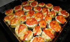 Zucchini with tomato and cheese Ingredients: - courgettes - tomatoes - cheese - garlic - Mayonnaise (sour cream) Preparation: Courgettes cut Roasted Vegetable Recipes, Vegetable Dishes, Hungarian Recipes, Russian Recipes, Fast Dinners, Easy Meals, Zucchini Aubergine, Tomato Sauce Recipe, Good Food