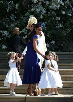 May 2018 Prince Harry & Meghan Markle's Royal Wedding: The arrival of the bridesmaids here with their mothers Duchess Kate holding Princess Charlotte & close friend of Meghan Markle, Canadian Jessica Mulroney with her old daughter Ivy. Prince Harry Wedding, Harry And Meghan Wedding, Harry Et Meghan, Meghan Markle Wedding, Prince Harry And Megan, Prince Henry, Prince William, Pippa Middleton, Actress Meghan Markle