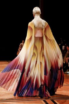 Design Dresses Couture Iris Van Herpen Ideas For 2019 Iris Van Herpen, Runway Fashion, Fashion Models, Fashion Show, Structured Fashion, Space Fashion, Origami Fashion, Fashion Details, Fashion Design