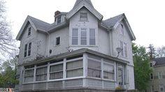 Lizzie Borden matou o pai e a madrasta a machadada nesta casa em 1892. Porém, ela foi julgada e absolvida pela assassinato. Assim que se viu livre de confusão, colocou a casa à venda por R$ 1,4 milhões