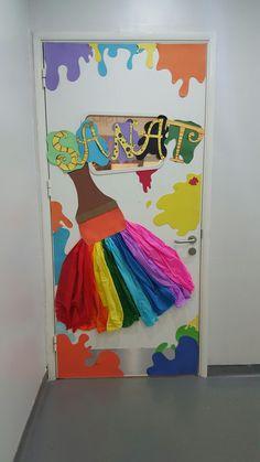 25 Art classroom ideas - Aluno On Class Decoration, School Decorations, Deco Design, Salon Design, Art Classroom Decor, Classroom Ideas, Art Room Doors, Art Bulletin Boards, Art Room Posters