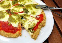 Super knuspriger Low Carb Pizzaboden mit 88g Eiweiß und nur 11g Kohlenhydraten. Schmeckt besser als das Original und Du kannst endlich Schlemmen ohne Reue.