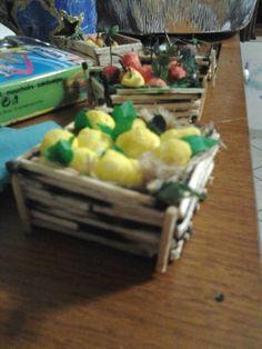 cassetta portafrutta da fiammiferi smessi e fruttini in farina di mais