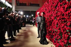 Museum of Modern Art's Film Benefit. For the 2011 Museum of Modern Art's film benefit in New York, the celebrity arrivals backdrop wasn't a step-and-repeat of logos, but rather a wall of fresh crimson-colored roses designed by Raul Avila. Wall Of Roses, Rose Wall, Wall Backdrops, Photo Booth Backdrop, Wedding Backdrops, Photo Backdrops, Wedding Receptions, Wedding Ceremony, Party