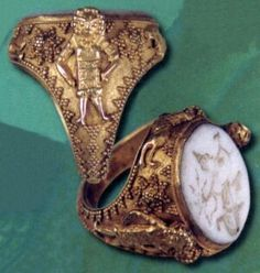 So cool Ancient Persian royal gold ring 500 BC. Royal solid gold ring with the white agate intaglio. Antique Rings, Antique Gold, Antique Jewelry, Medieval Jewelry, Ancient Jewelry, Middle East Culture, Achaemenid, Ancient Persian, Fairytale Fashion