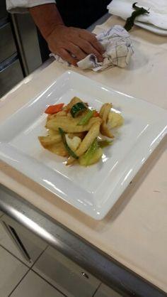 Filettino di pesce persico croccante al sentore di curry e verdurine cotte al vapore