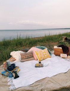 sleepover couple Date night picnic inspiration Night Picnic, Picnic Date, Picnic At The Beach, Summer Dream, Summer Fun, Summer Nights, Summer Beach, Summer Feeling, Summer Vibes