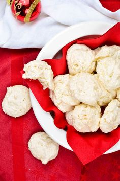 I'm dreaming of a vegan Christmas – Kokosmakronen mit Aquafaba - Vegane Kokosmakronen mit Aquafaba - Veggie Recipes, Sweet Recipes, Aquafaba Recipes, Sweet Bakery, Coconut Macaroons, Vegan Christmas, Vegan Treats, Cake Cookies, Sweets