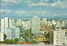 Final dos anos 60 - Avenida Paulista, trecho inicial da avenida, com a praça Oswaldo Cruz e a Bernardino de Campos. Os dois casarões que aparecem à direita na foto são a Casa das Rosas e a residência de Dina Brandi Bianchi, esta última demolida.