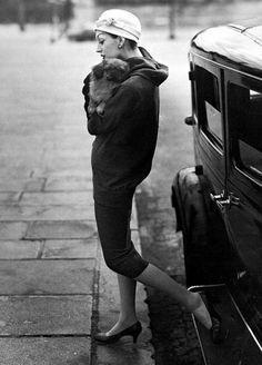 Dovima en Balenciaga por la túnica, foto de Avedon, Place de la Concorde, París, agosto 1955