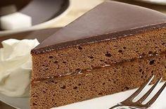 Sachertorte - La recette originale. La Sachertorte est un dessert traditionnel en Autriche. La recette traditionnelle comporte une génoise au chocolat garnie d'une fine couche de confiture d'abricot et recouverte par un glaçage ou une g...