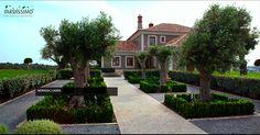 No desenho do jardim foram transportados alguns elementos vegetais de carácter rural, como as oliveiras, que potenciam a articulação com a envolvente e imprimem ao jardim um traço de excelência.