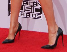 Who Looks Best in Her Black Pointy Pumps at the 2014 AMAs — Khloe, Kylie, or Kendall?