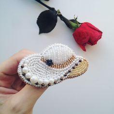 """#брошь """"Дамская шляпка"""" . ✅Серия снимков листаем справа налево⬅️ . ❗️️Выполнено на заказ❗️ Возможен повтор . ✂️ Сроки изготовления 1-2 дня . Заказы принимаются в Директ или ☎️w/a +79178742884 . . . #handmadebrooch #handmade_ru_jewellery #super_world_hm #great_hm_accessories #brooches #мореидей #wow_biser #бисернаяброшь #брошьручнойработы #планета_handmade #hmplanet #ht_handmade #hm_rukodelie #hm_planet #hand_made_gold #worldhm #best_handmade_world #мастерица_рукоделия #хэнд..."""