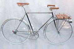 Detail Creative // The full nickel and chrome bike with leather and Oak wood accents. bicycle A Custom Bicycle with DIY Details - Remodelista Velo Design, Bicycle Design, Velo Vintage, Vintage Bicycles, Urban Bike, Bicycle Race, Bicycle Safety, Bicycle Bell, Speed Bike